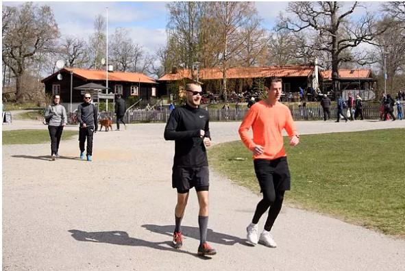 Gente corriendo y caminando por un parque. EFE